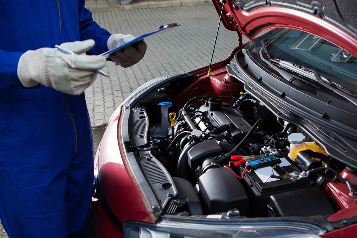 Технический осмотр автомобиля в пункте ТО